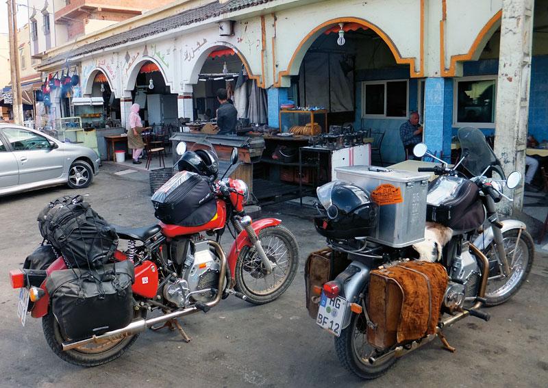 Pause in Zaida - Enfield Diesel in Marokko