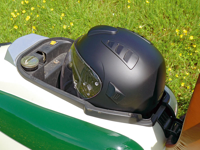 zu klein: Helmfach