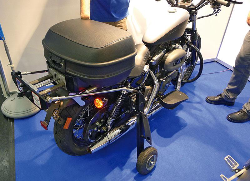 Harley mit Stuetzradtechnik ausgefahren