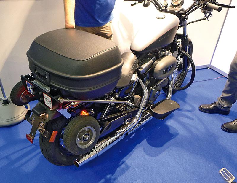 Harley mit Stuetzradtechnik eingefahren