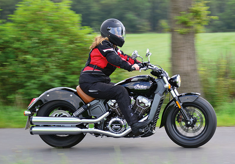 Indian Scout rechts in Fahrt
