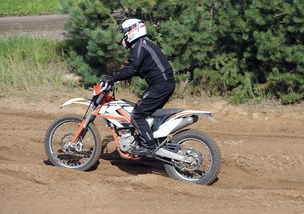 ADAC Lueneburg KTM Training Im Tiefsand Gewicht nach hinten und am Gas bleiben