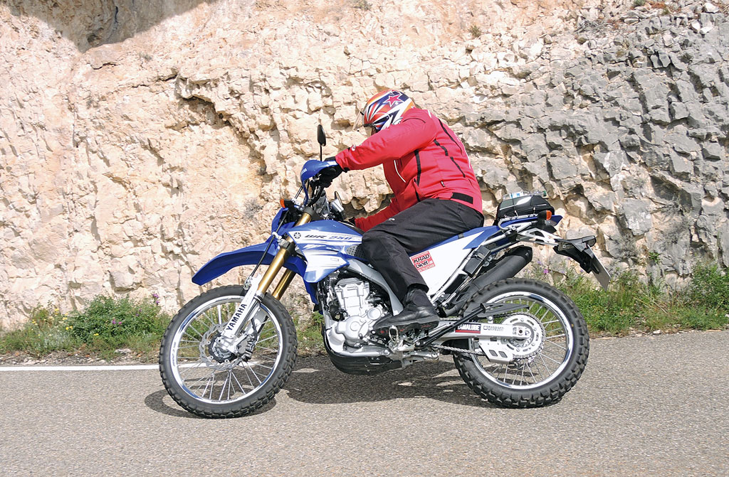 Yamaha WR250R Flott auf der Landstrasse