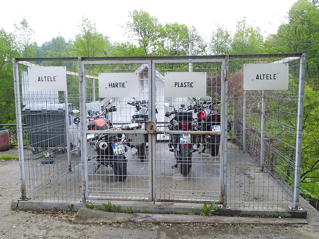 Sicherer Mopeds Abstellplatz Eigentlich wird hier der Abfall vor Baeren geschuetzt