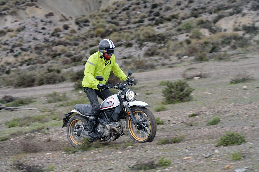 Voll eingefedert nach Landung - Ducati Desert Sled