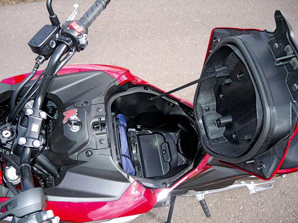 Praktisches Helmfach / Staubox