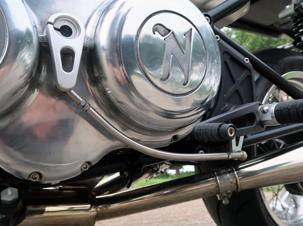 Gebogenes Schaltgestänge an der Norton Commando 961 Sport MK II