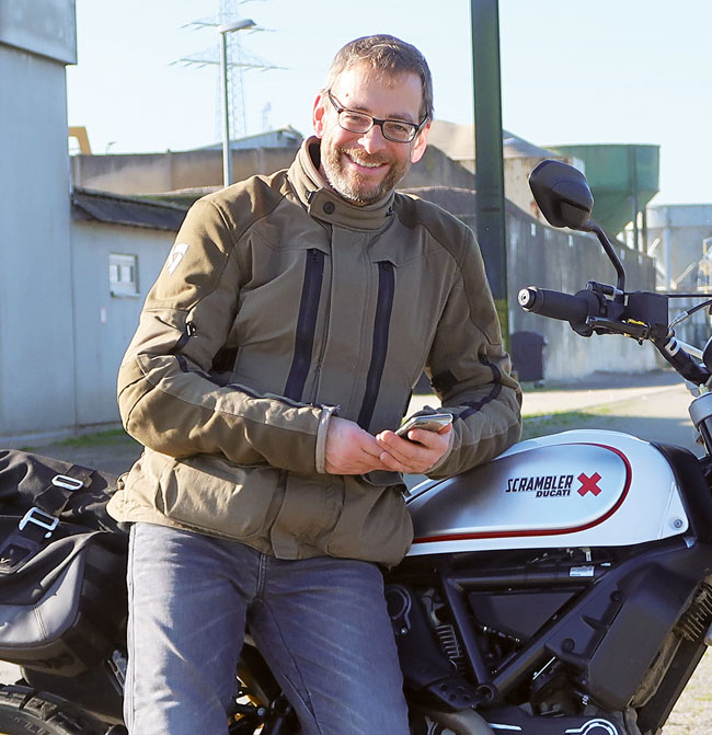 Motorrad und iPhone - Revit Urban Sand