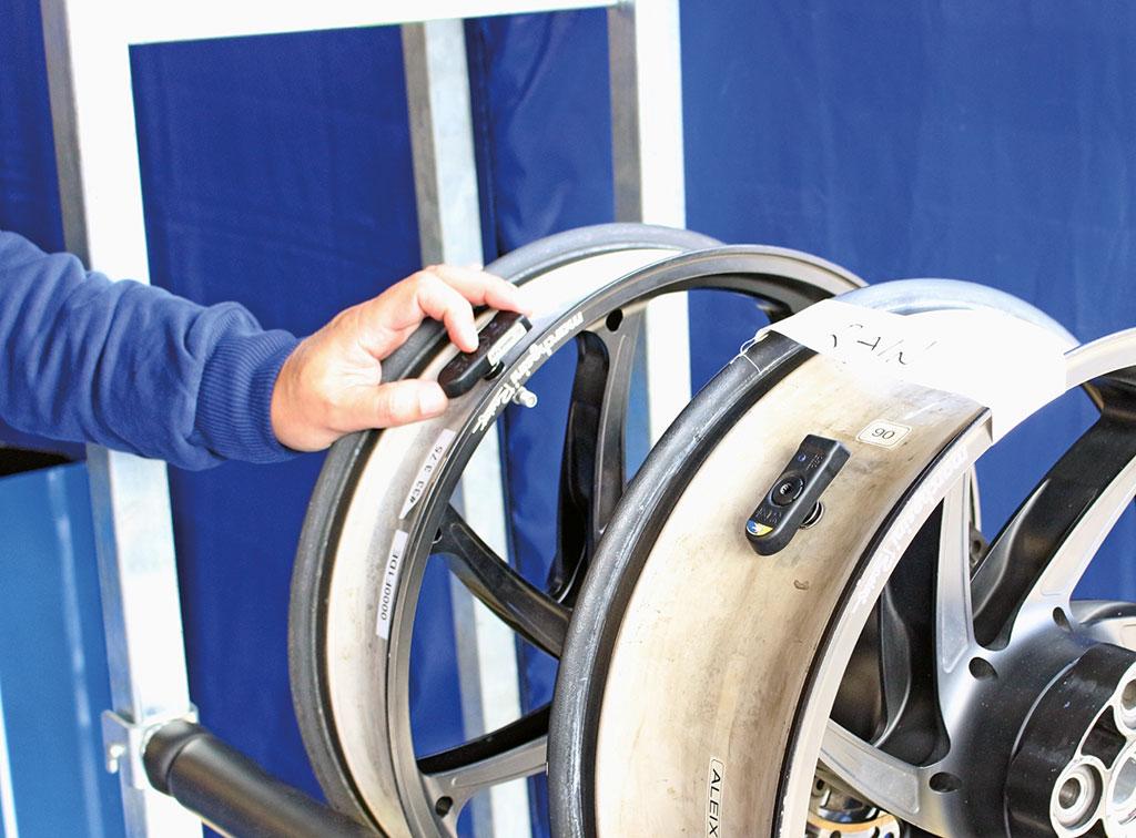 Alle Felgen tragen Sensoren die konstant Druck und Temperatur der Reifen aufzeichnen. In diesem Fall bei den Regenreifen von Aleix Espagaro