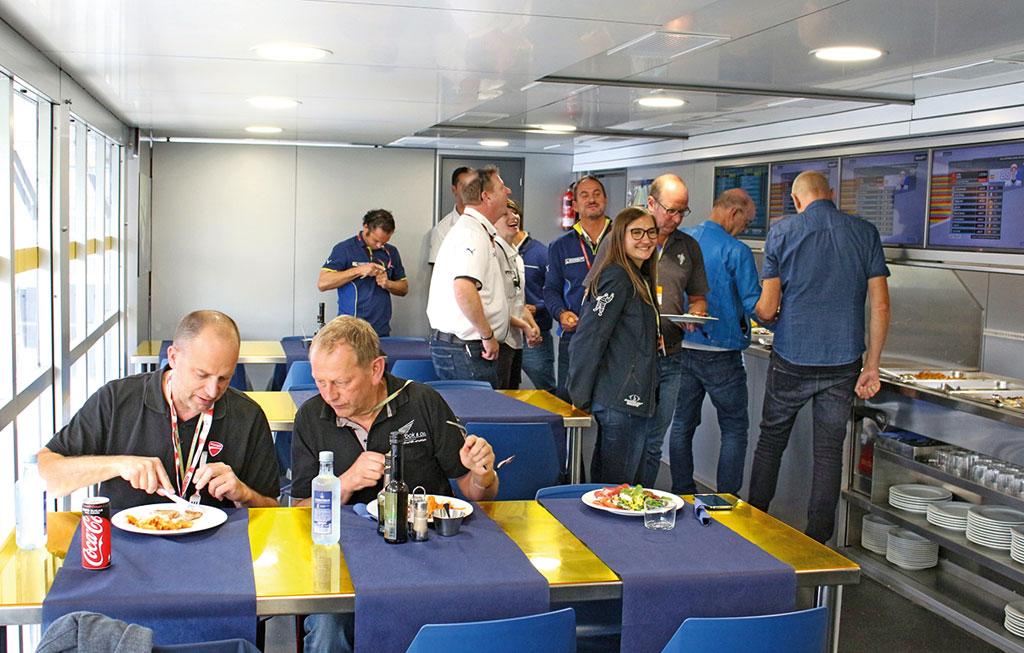 Der Michelin Hospitality-Truck erhebt sich aufgebaut über 3 Etagen. Im ersten Stock befinden sich Küche und Teambereich ganz oben die Besprechungsräume