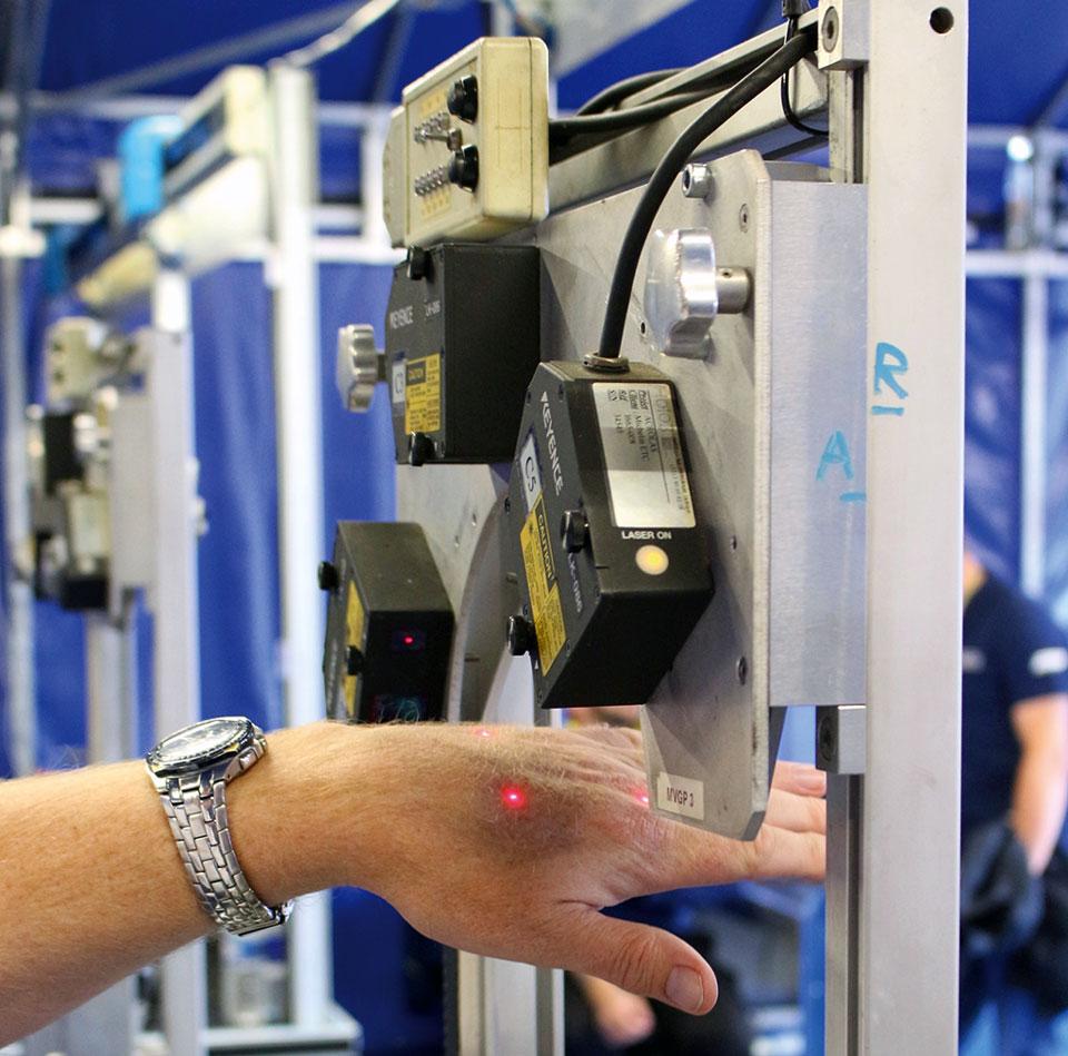 Lasergenau beim Auswuchten der Reifen verlassen sich die Michelin Techniker nicht nur auf Gefühl und Gewichte sondern prüfen die Reifen per Laser