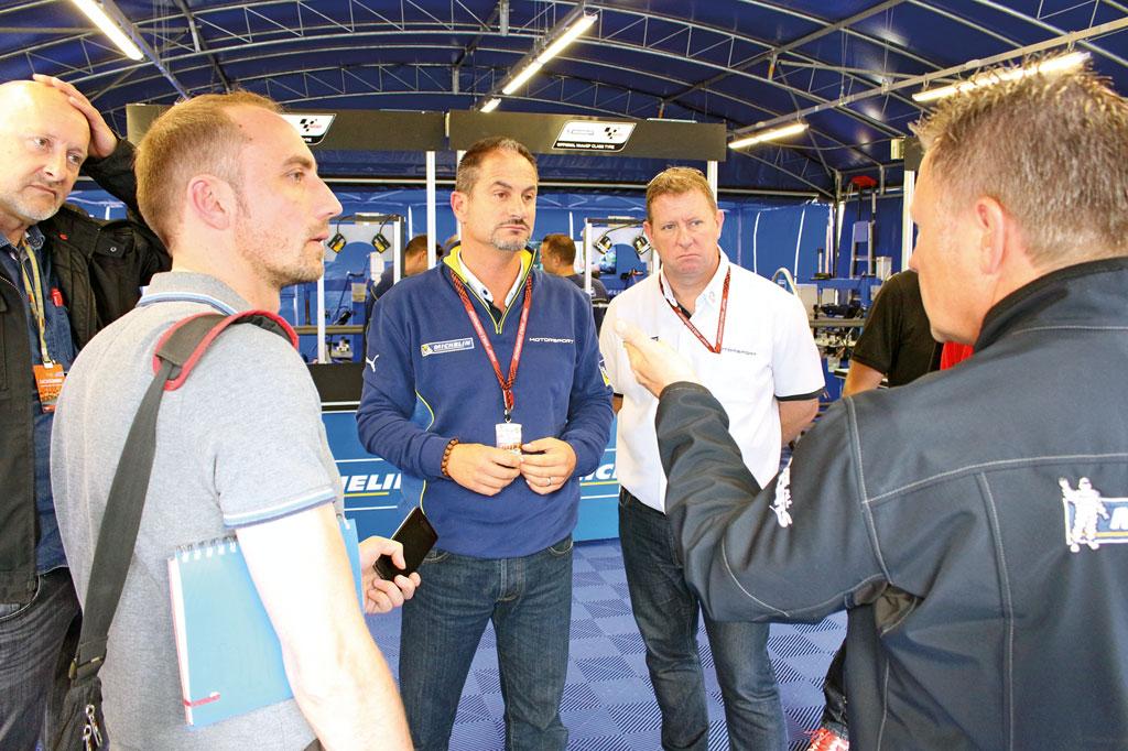 Michelin MotoGP-Projektleiter Piero Taramasso und der PR-Mann stellten sich geduldig den Fragen der Journalisten