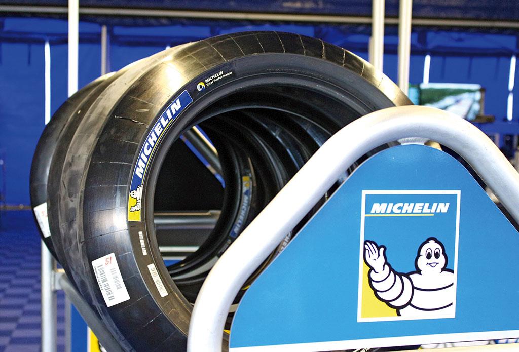 Schwarz rund Loch in der Mitte - auf den ersten Blick sehen die MotoGP-Reifen aus wie normale Slicks werden aber behandelt wie rohe Eier