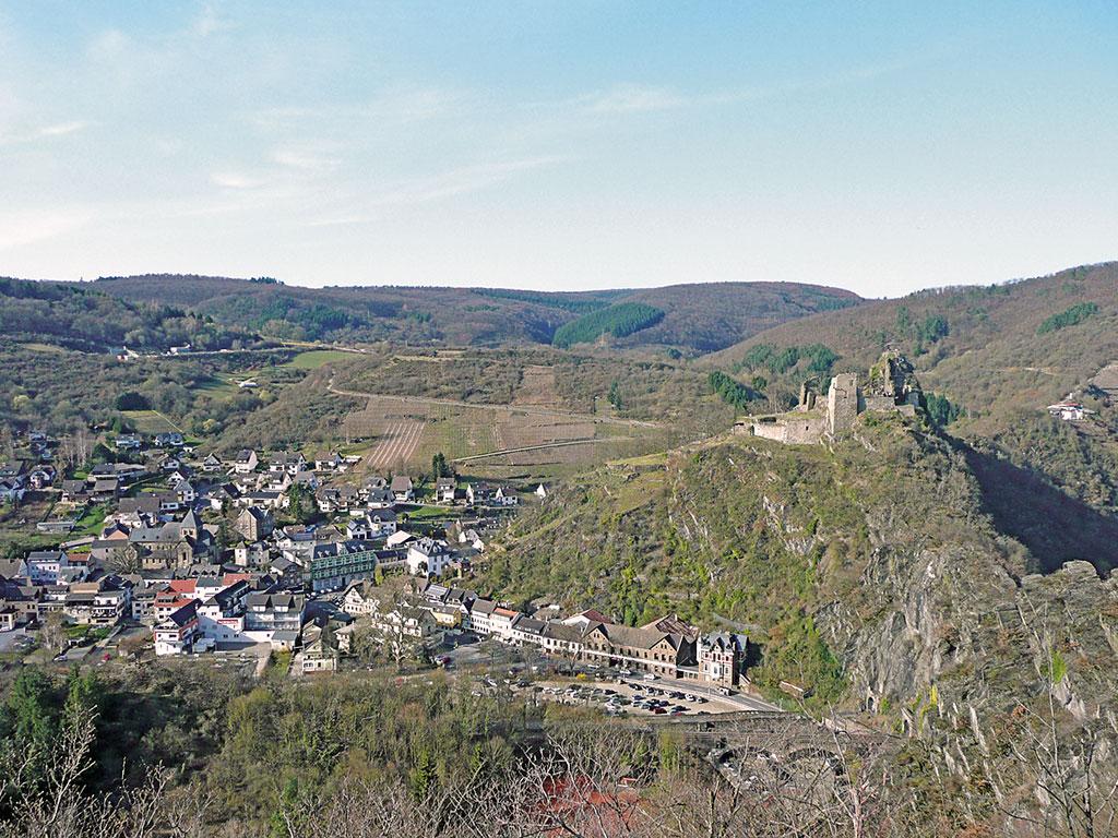 Altenahr mit der Burg Are, der Ruine einer Höhenburg
