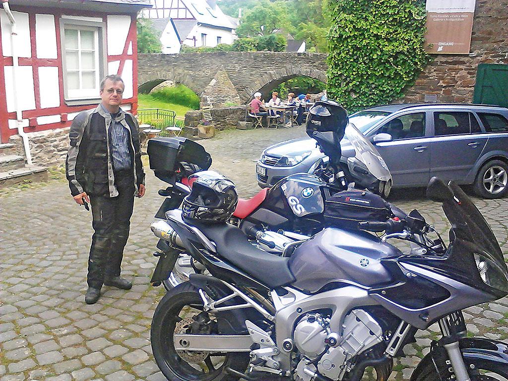 Pause im mittelalterlichen Monreal - Eifel-Maare-Tour