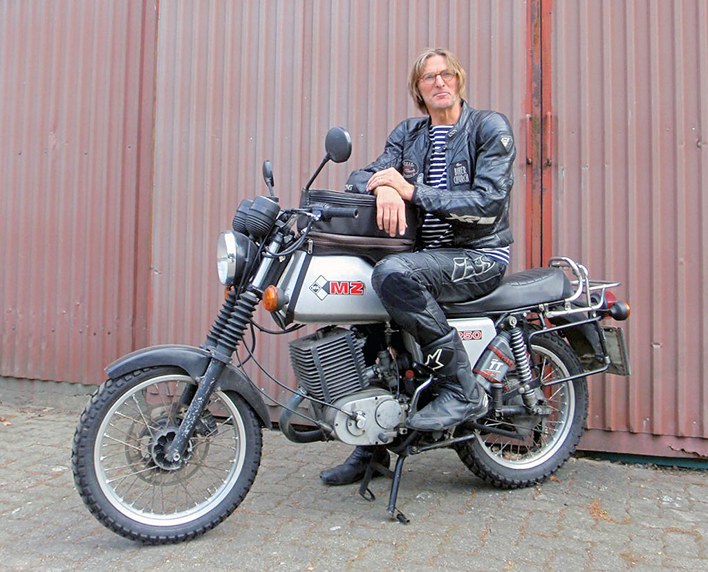Pastor Holger Janke mit seiner MZ ETZ 250