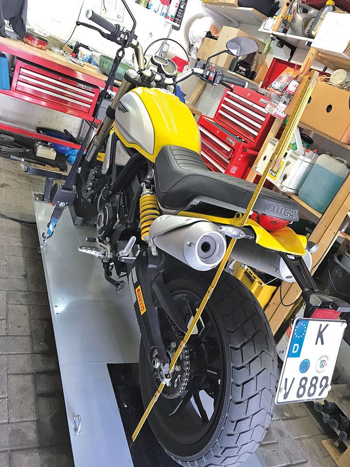 Negativ-Federweg einstellen an der Ducati Scrambler 1100 Sport