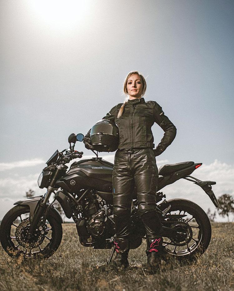 Motorradmieze Marie mit ihrer Yamaha MT07, Foto: Fokke Hassel