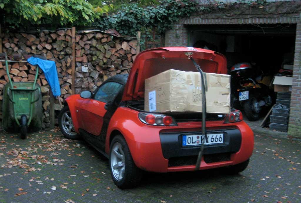 Smart Roadster mit Päckchen im Kofferraum