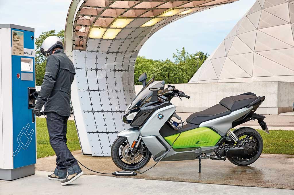 BMW C evolution an der Ladesäule