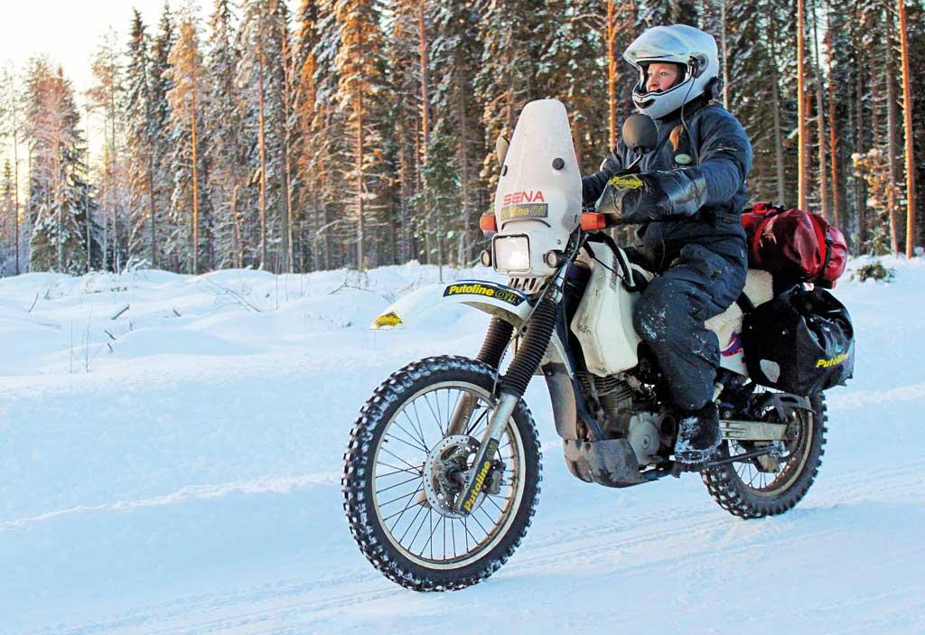 Eisreise - Motorradfahren fahren auf Eis und Schnee
