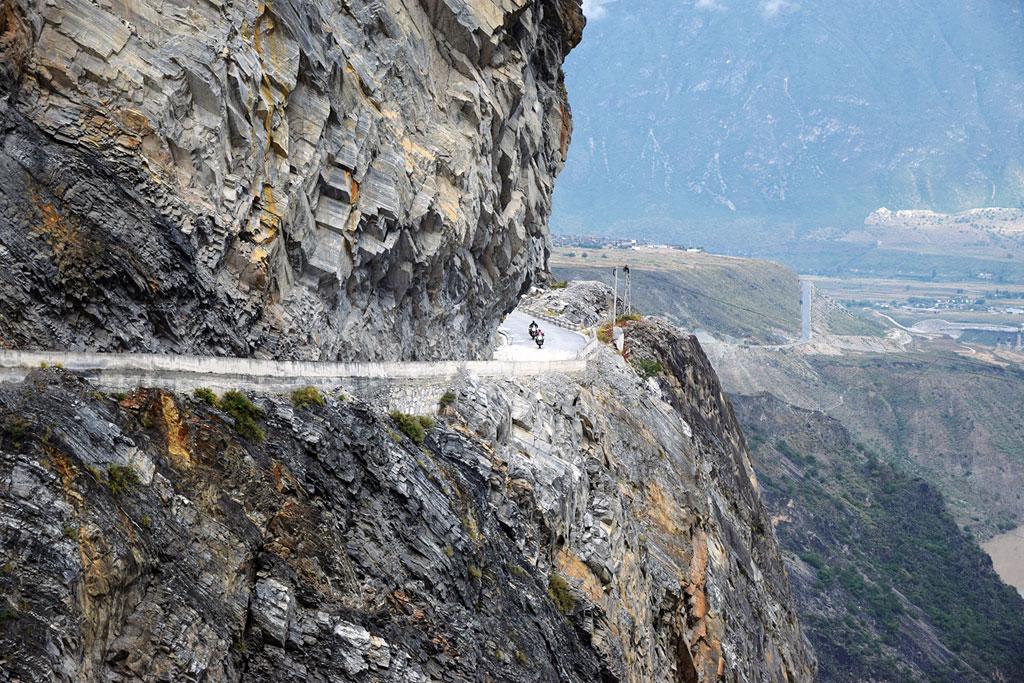 Einfahrt in die Tigersprungschlucht - Motorrad-Gruppenreise Yunann, China