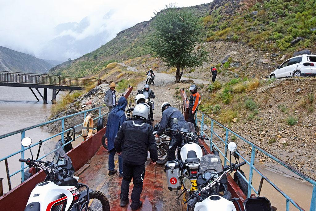 Fähre am Jangtse - Motorrad-Gruppenreise Yunann, China