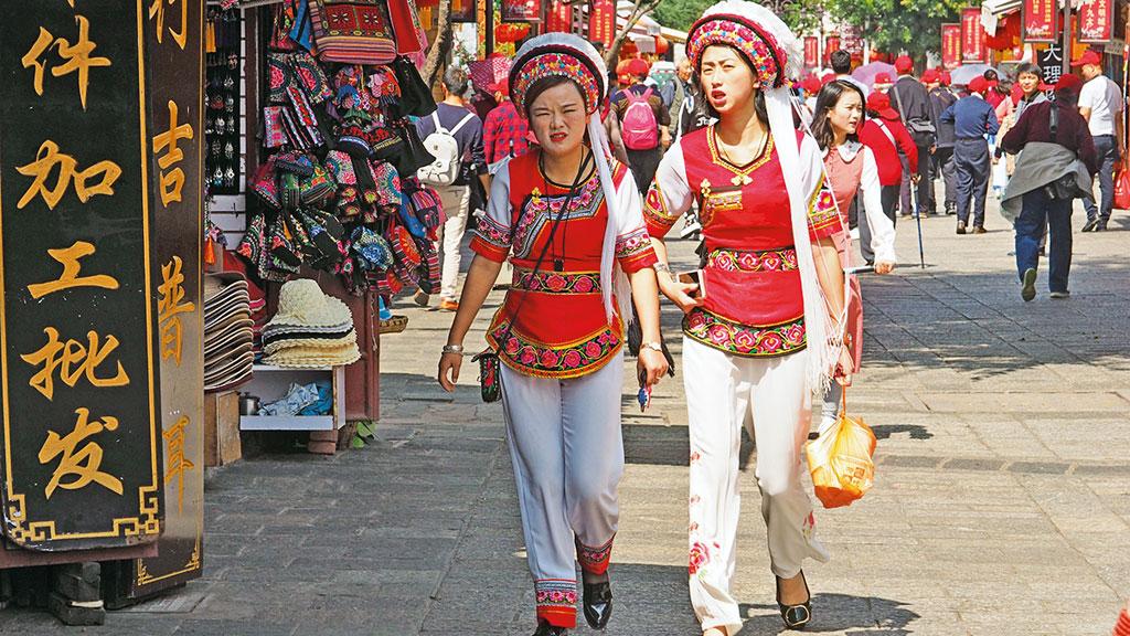Frauen in traditionellen Gewändern in Dali - Motorrad-Gruppenreise Yunann, China