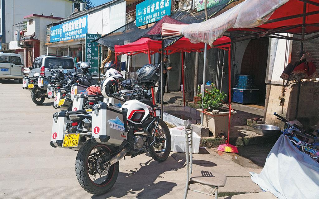 Mittagsstopp an der Tea-Horse-Road - Motorrad-Gruppenreise Yunann, China