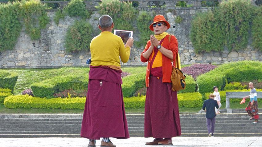 Auch buddhistische Mönche gehen mit der Zeit