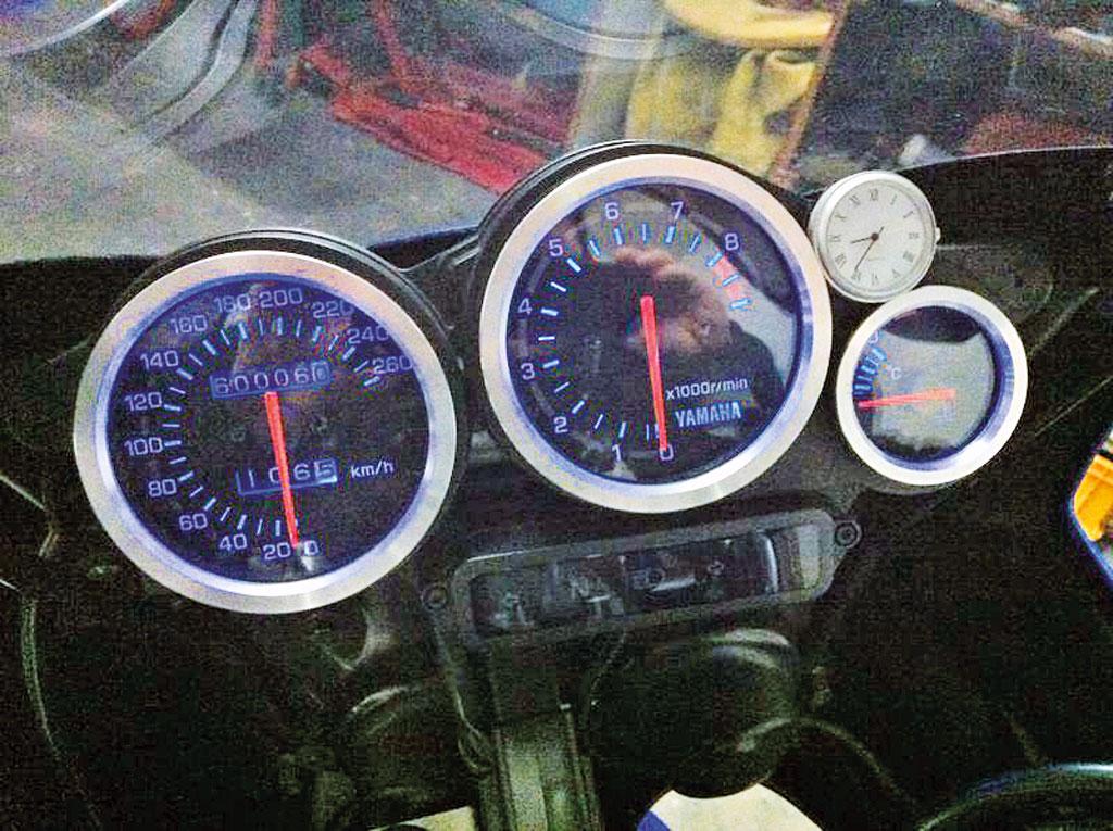 Klassisches Cockpit der Yamaha TRX 850