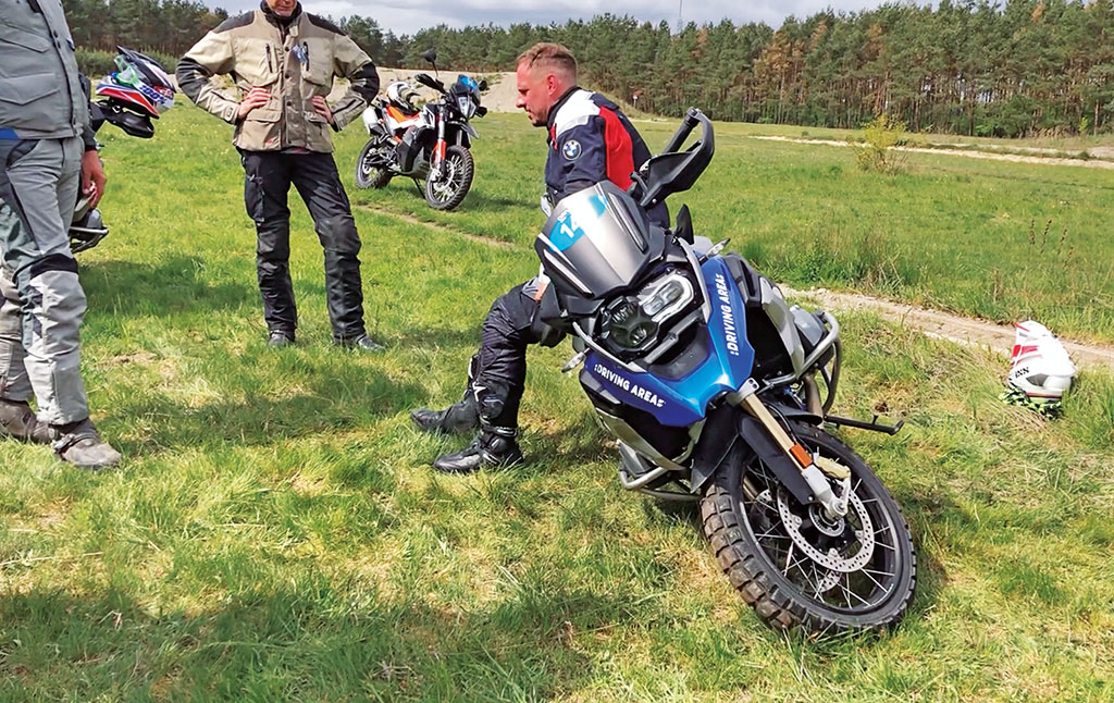 Reiseenduro-Training in der DRIVING AREA - Motorrad aufheben Variante 1