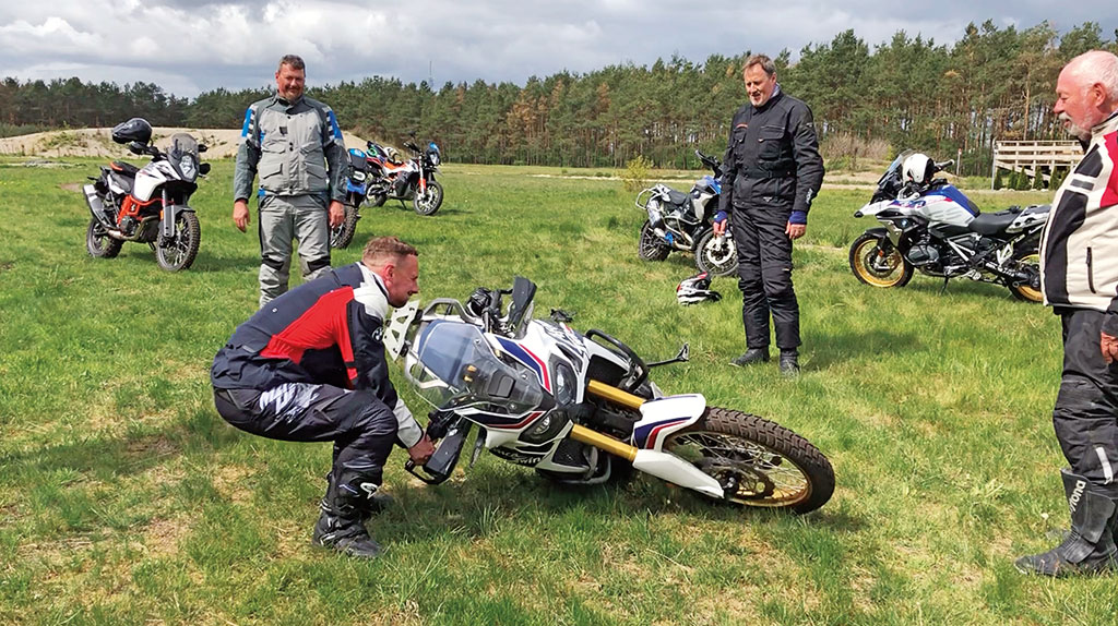 Reiseenduro-Training in der DRIVING AREA - Motorrad aufheben Variante 2