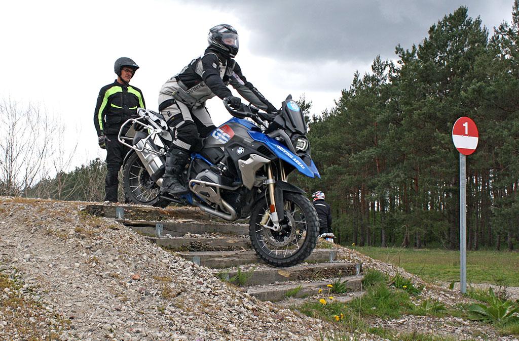Reiseenduro-Training in der DRIVING AREA - Gar nicht schwer: Treppe runter...