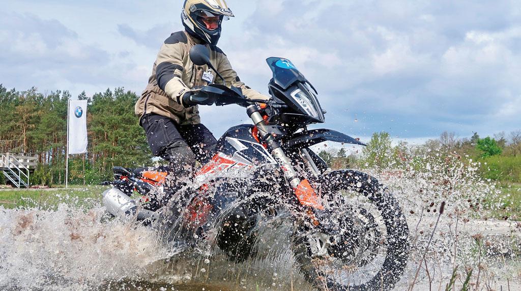 Reiseenduro-Training in der DRIVING AREA - kleine Wasserdurchfahrt