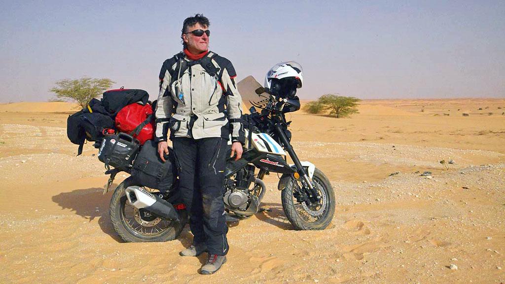 Gerry Mayr mit der 125er FKM Street Scrambler FK12-SX in Afrika