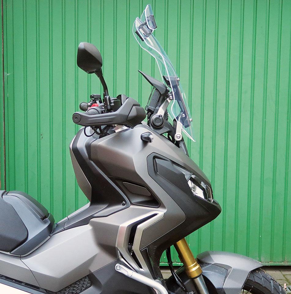 Seitenansicht, MRA VTM-Scheibe am Honda X-ADV, alles auf maximal hochgestellt.