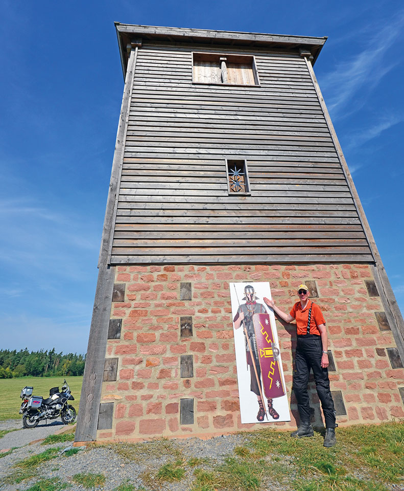 Rekonstruierter Limes-Wachturm im Odenwald