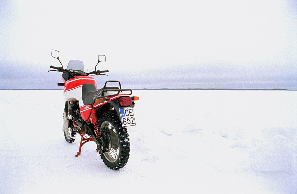 Weite Schneelandschaft mit Motorrad