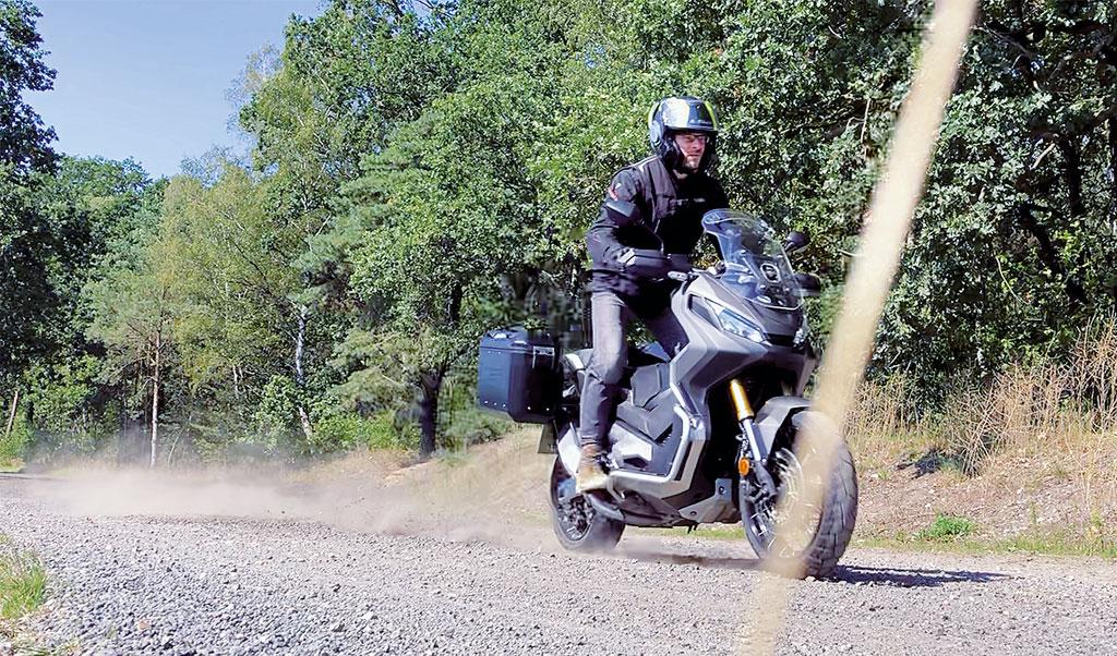Trockene Feldwege sind kein Problem für den Honda X-ADV 750, Modell 2018