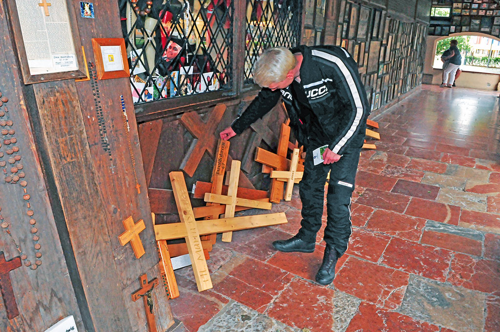 Seltsamer Anblick: Büßerkreuze für die Pilger