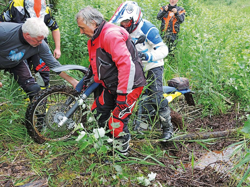 Mit Teamwork aus dem Schickloch - Endurotour Nord-Ostsee-Kanal