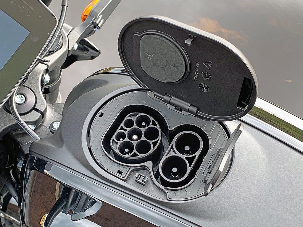 Unter dem Tankdeckel der Harley-Davidson LiveWire, Modell 2020
