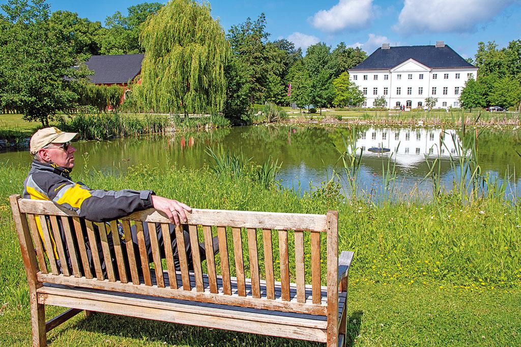 Ruhe am Schloss Groß Schwansee - Motorradtour Mecklenburg-Vorpommern