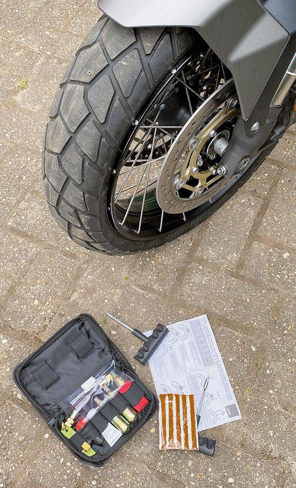 Bridgestone mit Schraube und GIVI Reifenflicksatz