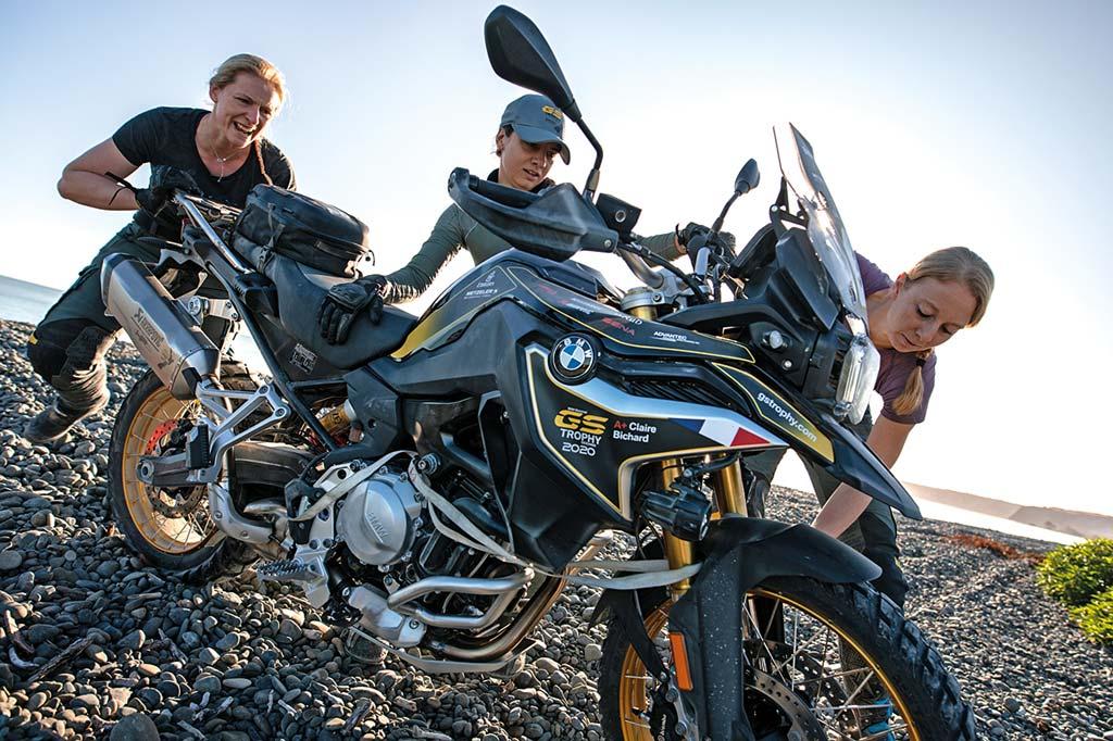 Anstrengend - das Motorrad am Kiesstrand bergen