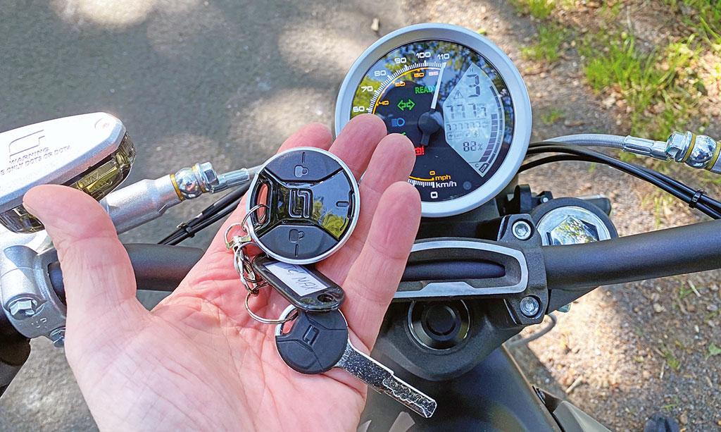 Großer Tacho und Keyless-Ride - Super Soco TC Max - Modell 2020