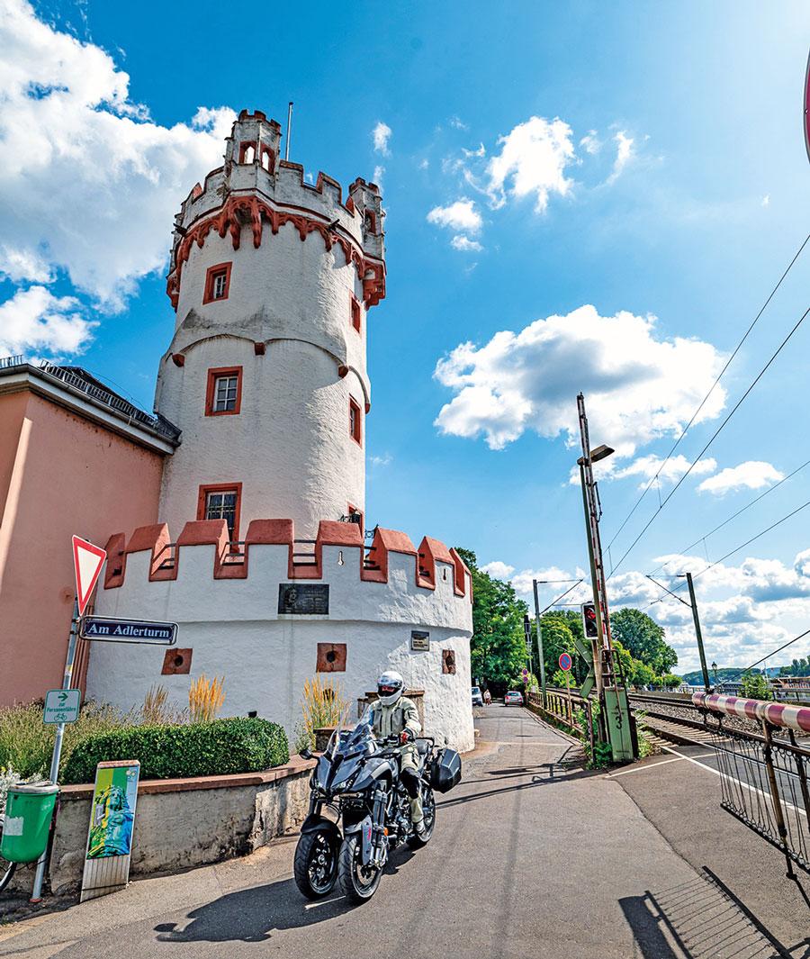Am Adlerturm in Rüdesheim - Yamaha Niken GT Rheingau-Tour