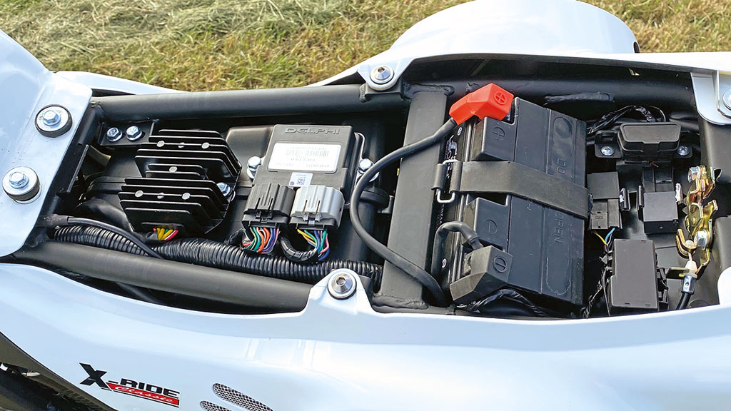 Aufgeräumte Elektrik unter der Sitzbank - Mash X-Ride 650