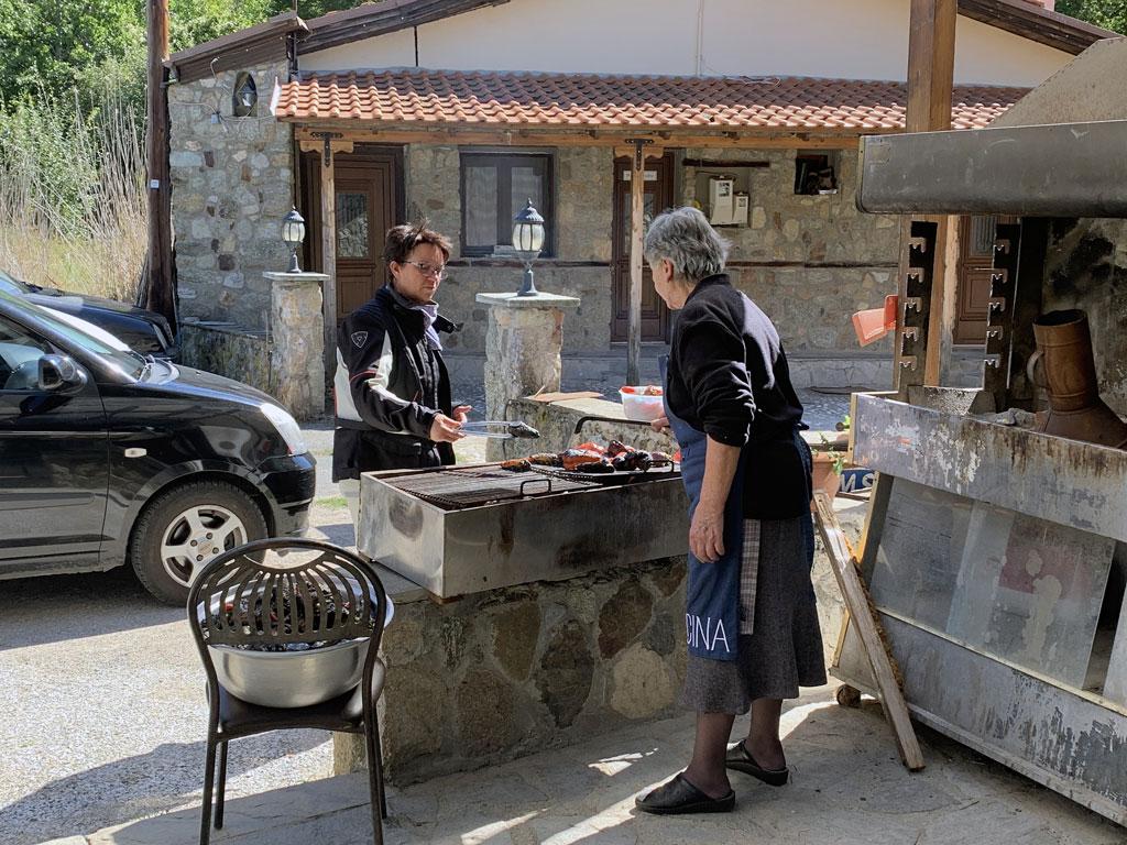 Motorradreise Griechenland - Snack am Straßenrand
